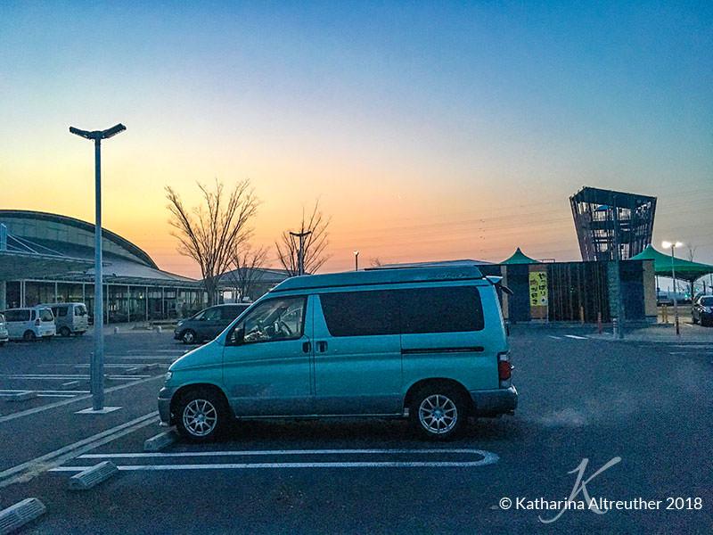Campervan auf öffentlichem einem Parkplatz der Michi no Eki